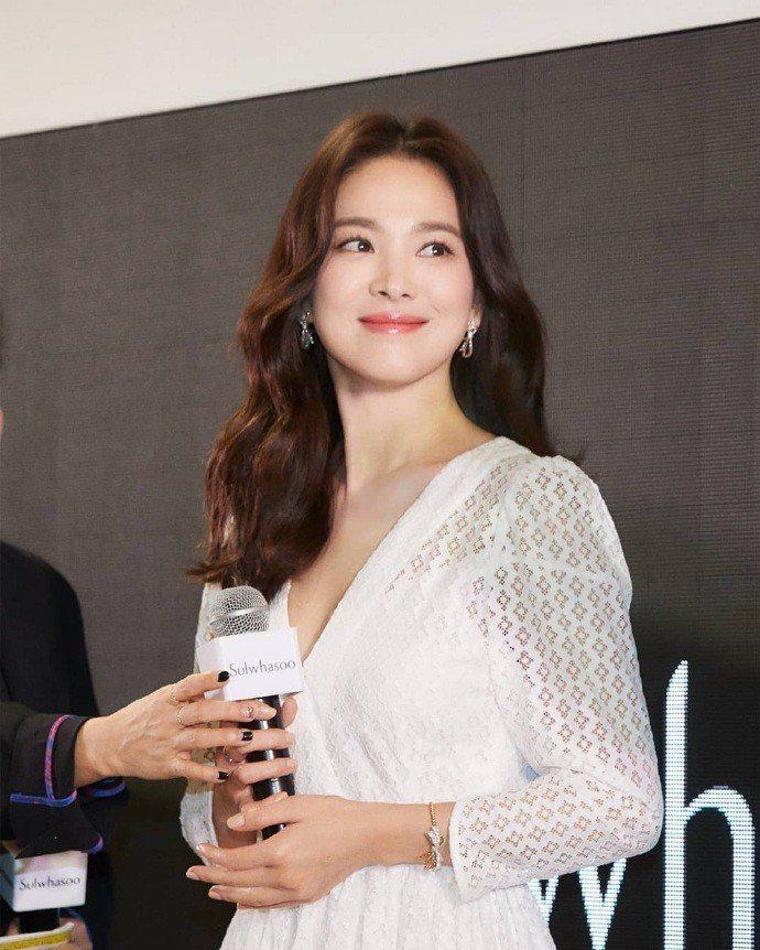 宋慧喬以極佳狀態現身,出席活動時身穿maje 2019春夏系列白色蕾絲洋裝。圖/...