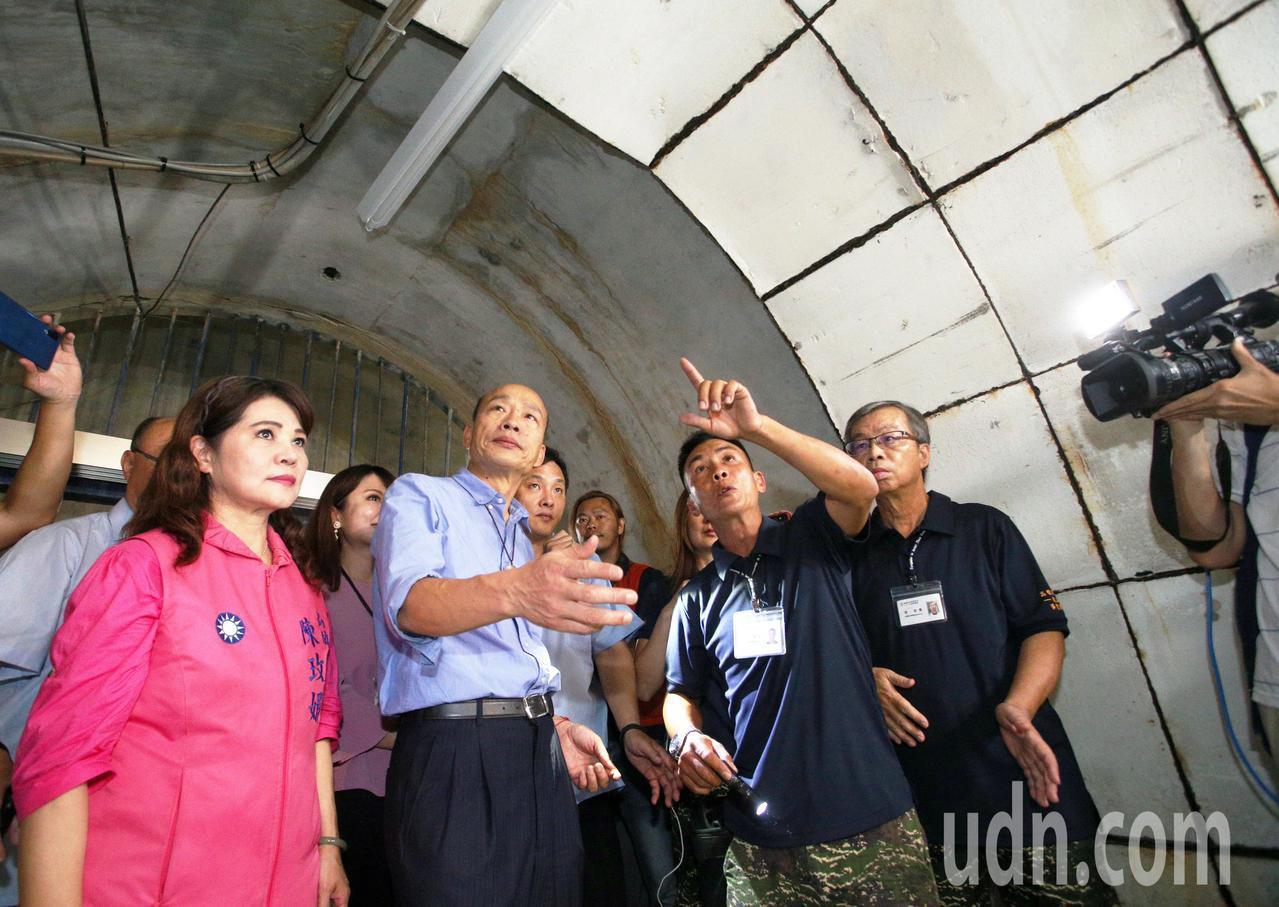 高雄市長韓國瑜打頭陣打開壽山下的「鼓山洞」開放參觀,他開玩笑說日本人在高雄挖了許...