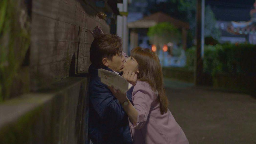 坤達和林思宇在「月村歡迎你」中有一段臭豆腐之吻。圖/台視提供