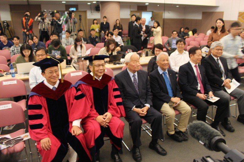國立交通大學於今天下午頒授名譽博士學位給聯發科執行長蔡力行,以表彰他對產業的成就貢獻。記者張雅婷/攝影