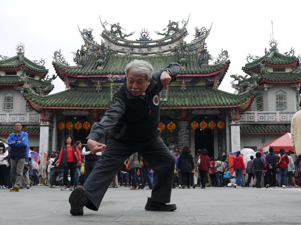 武術大師蘇昱彰上月底辭世,享壽79歲,圖為2014年在東山碧軒寺廣場表演「太極八...