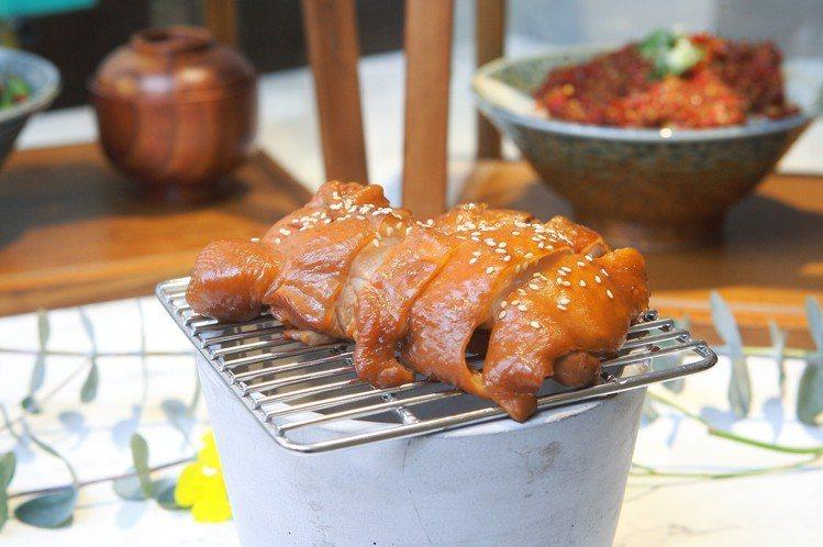 火焰炙烤八兩雞,每份308元。記者陳睿中/攝影