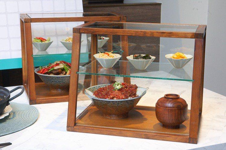 飯BAR LiLi在裝盛食物的容器上大玩創意,整個木櫥櫃直接上桌。記者陳睿中/攝...