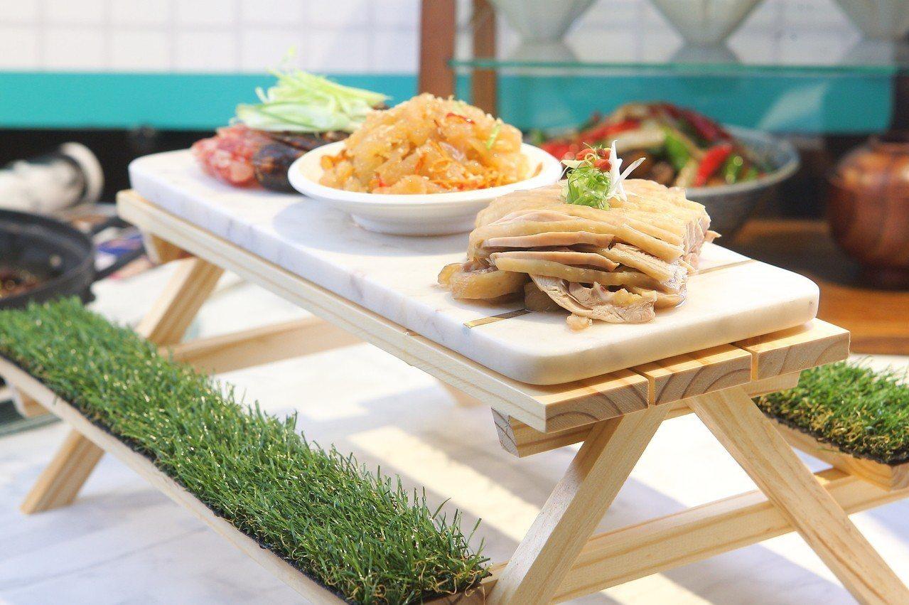 直接用迷你野餐桌當餐盤的飯BAR野味菜菜盤,每份578元。記者陳睿中/攝影