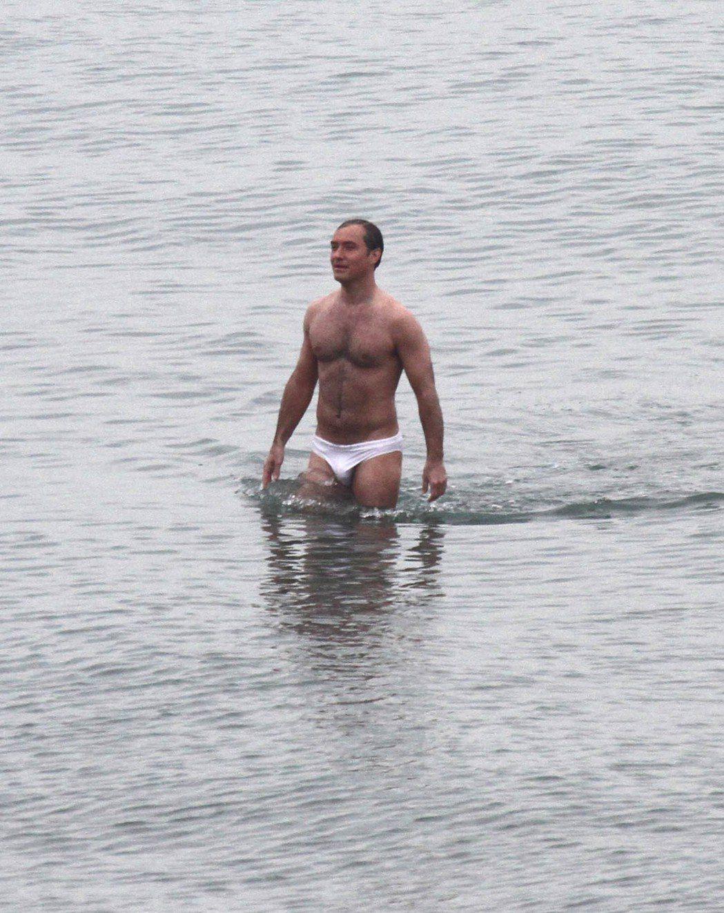 裘德洛拍攝新影展展露健壯體格,被讚保養好,不像年紀快50歲。圖/達志影像