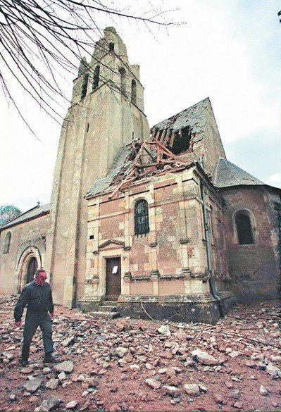 法國沒錢維護古蹟,導致古蹟容易受損。圖為法國中部一座十一世紀教堂,尖頂遭雷擊破壞...