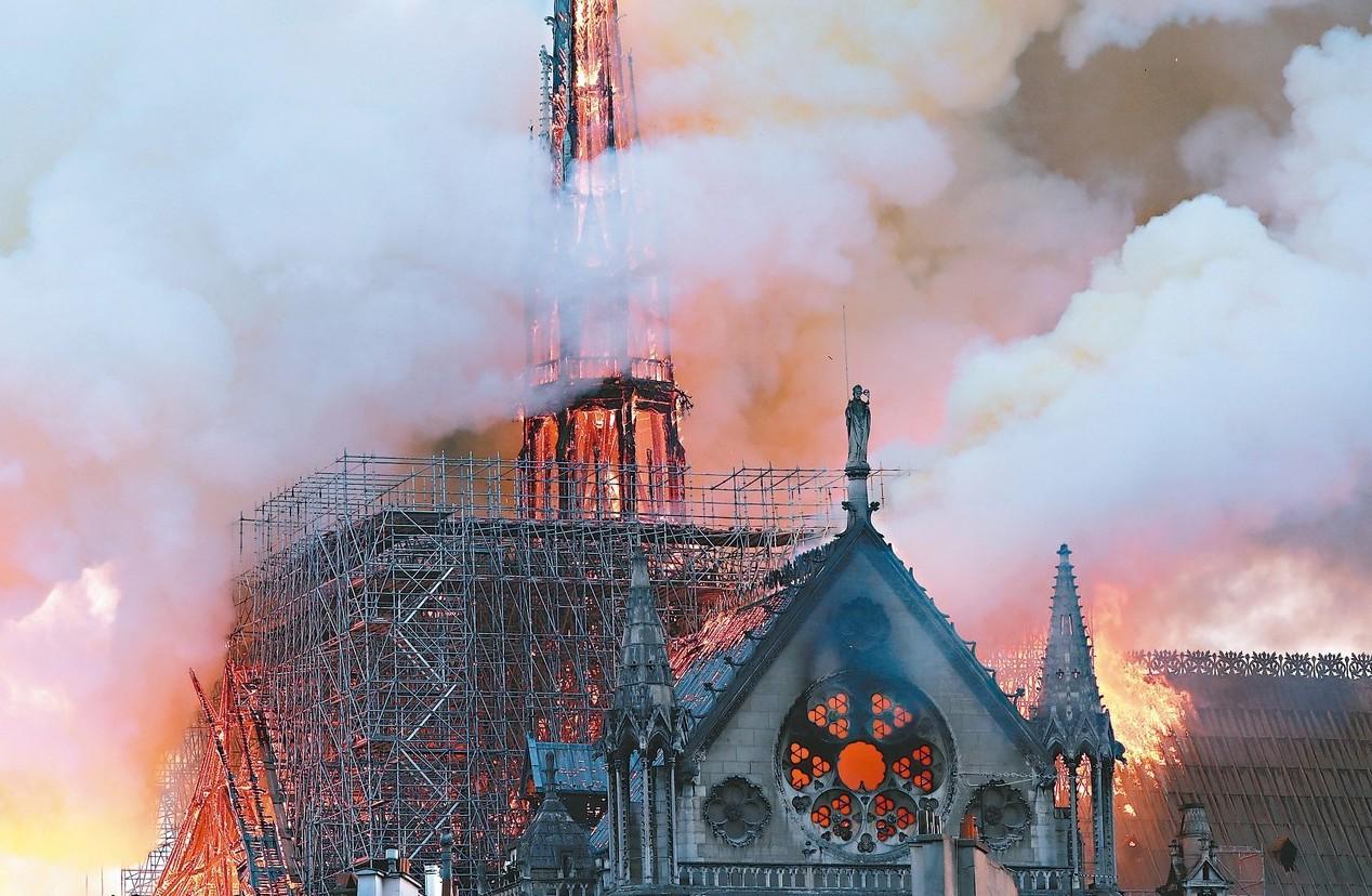 八百五十年歷史的巴黎聖母院四月十五日晚間發生大火,教堂屋頂和尖塔付之一炬。 (路...