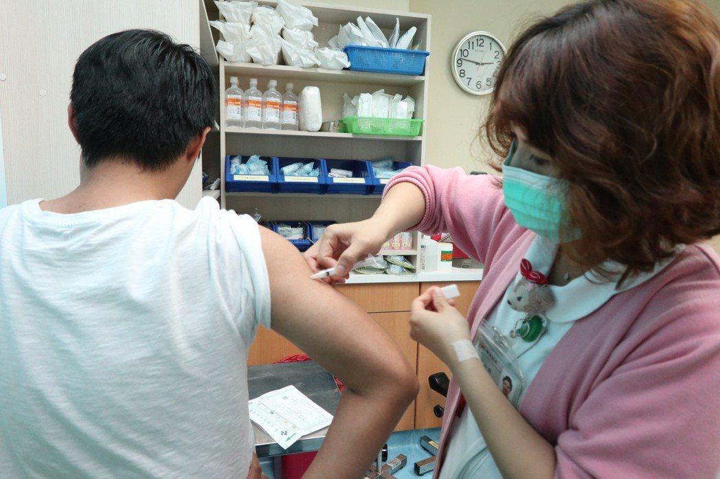 公費流感疫苗11月中旬才開打,堪稱史上最晚。 聯合報系資料照片/記者許政榆攝影