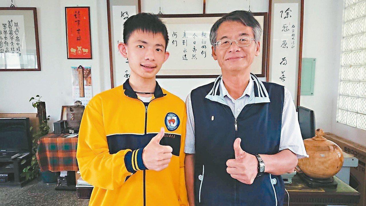 李子明(左)感謝數學老師黃俊雄(右)等人提供指導。 記者卜敏正/攝影