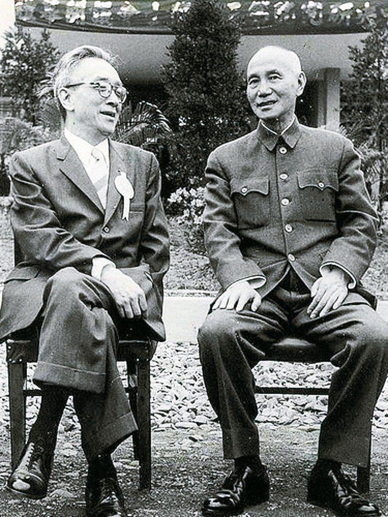 國民政府遷台後,胡適(左)仍不時對蔣介石提出建言。 記者許正宏/翻攝