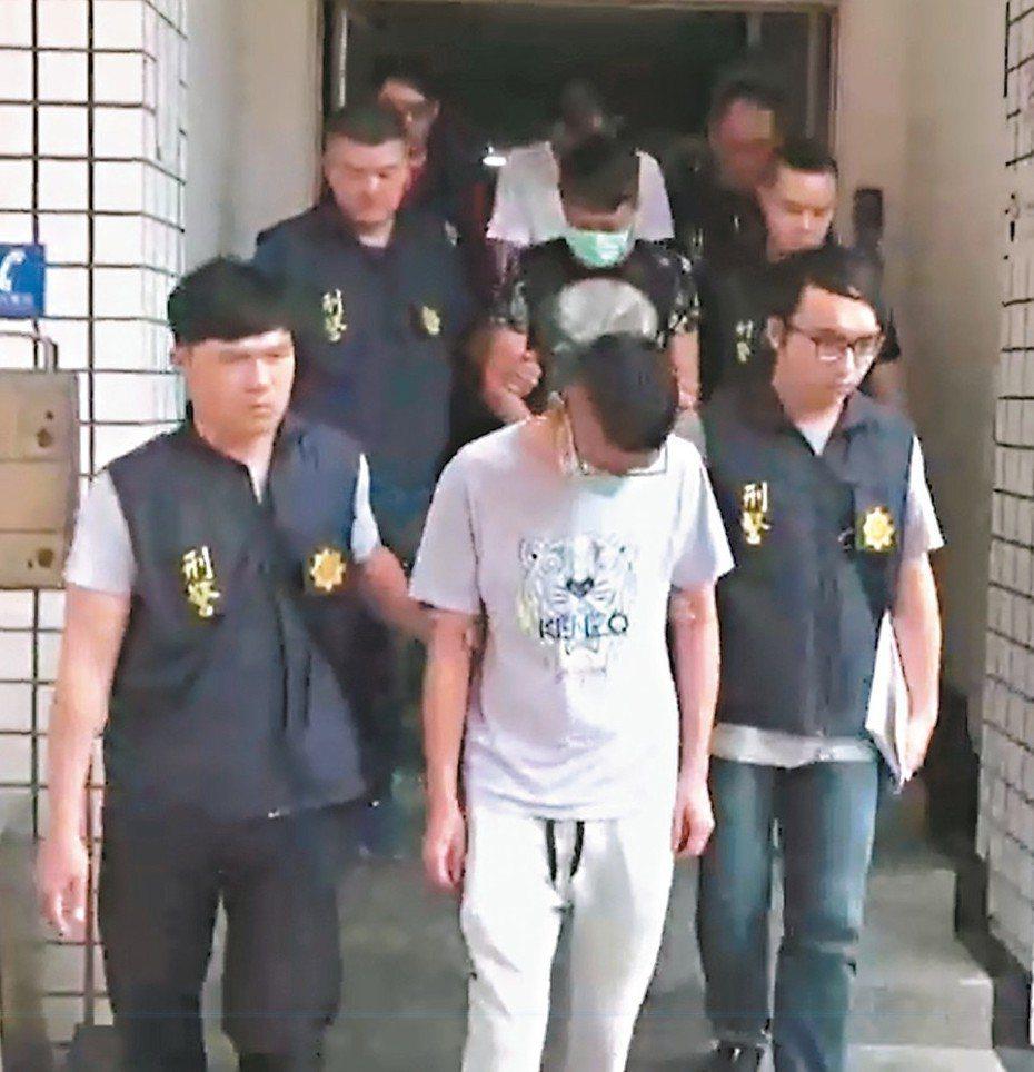 一家客運公司黃姓富少(前排中),遭家人斷絕金援後淪為毒販手下。 記者林佩均/翻攝