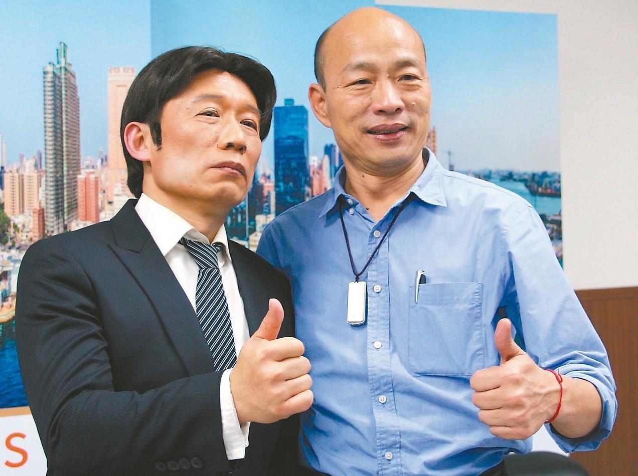 高雄市長韓國瑜(右)昨天和「賴青德(藝人郭子乾扮)」對談,替前行政院長賴清德抱不...
