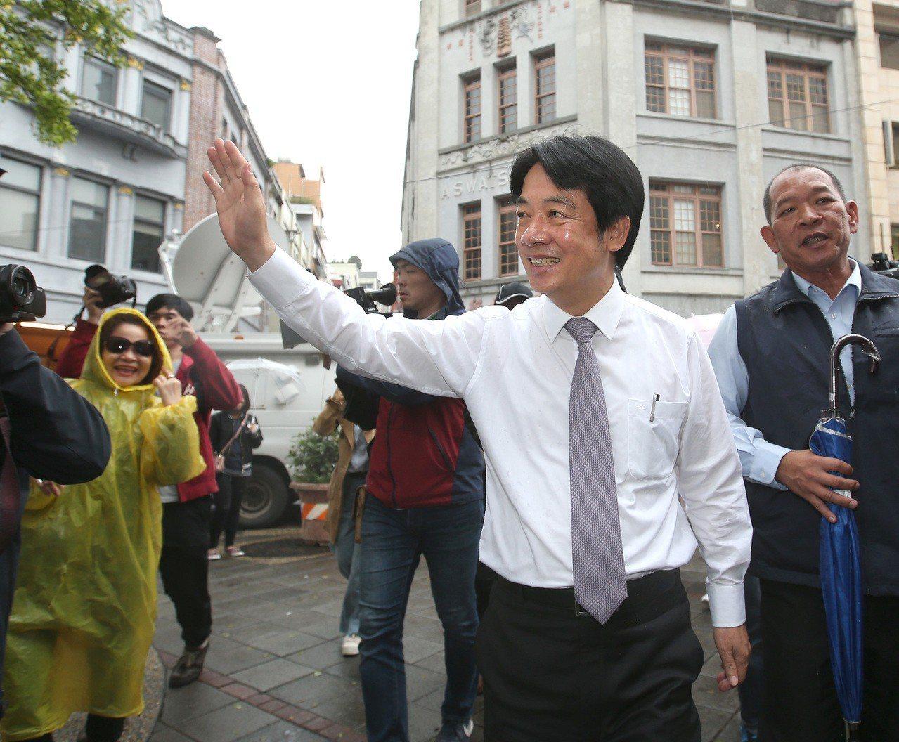 行政院前院長賴清德(前)昨天參訪大稻埕,支持者熱情加油。記者林澔一/攝影