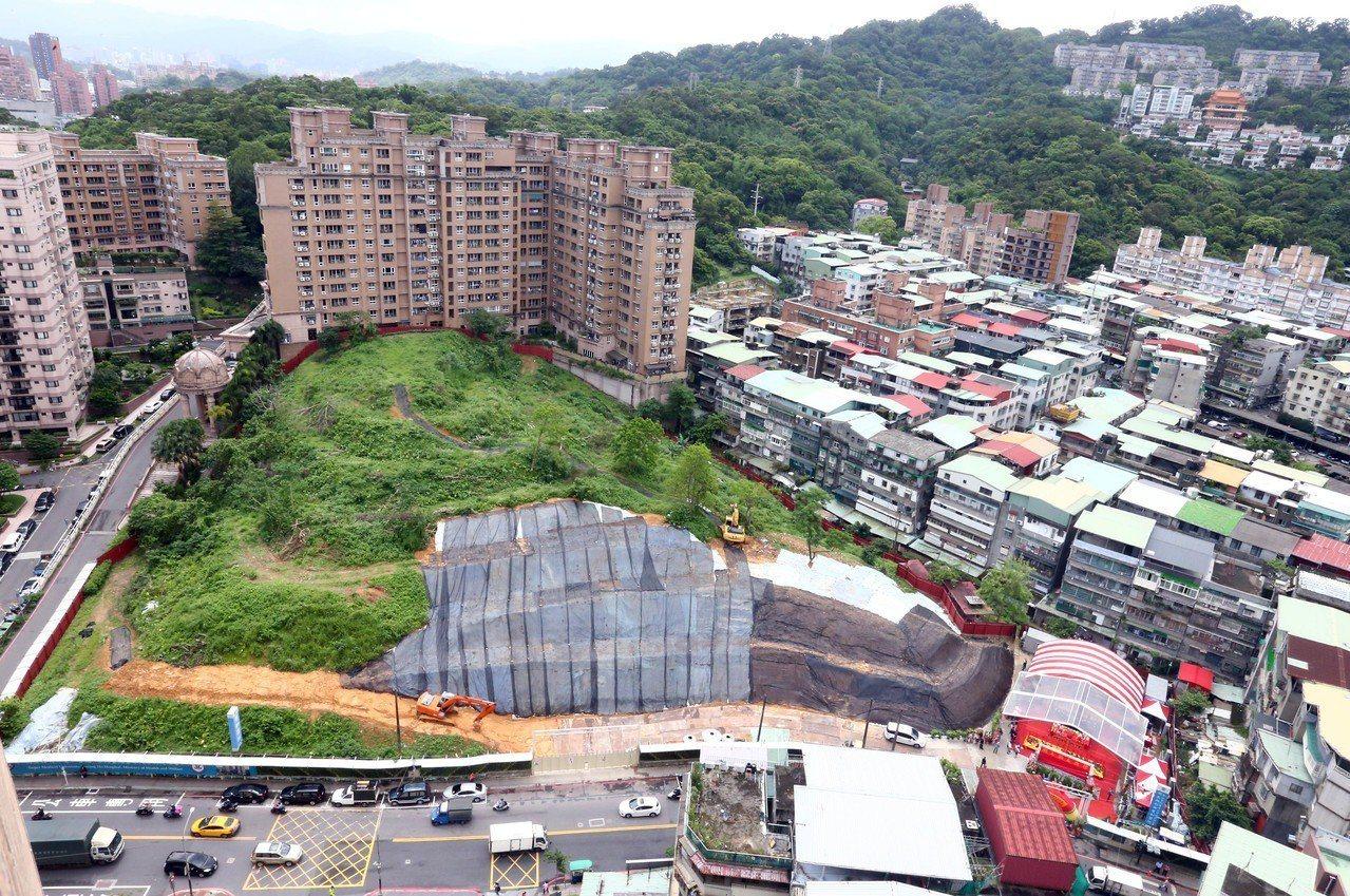 台北醫學大學雙和醫院B基地今天上午舉行動土典禮,該基地位於新北市中和區,隔著圓通...