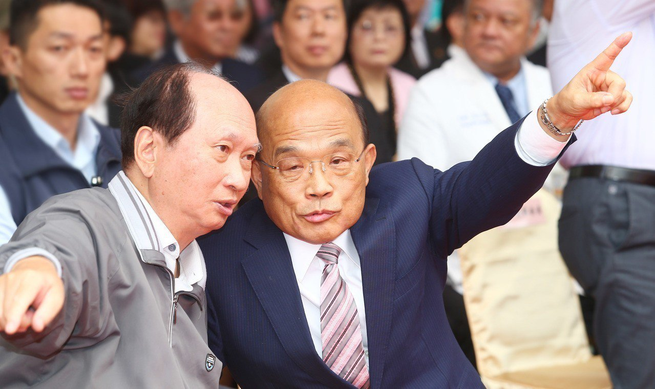 台北醫學大學雙和醫院B基地今天上午舉行動土典禮,行政院長蘇貞昌(右)、與時任台北...
