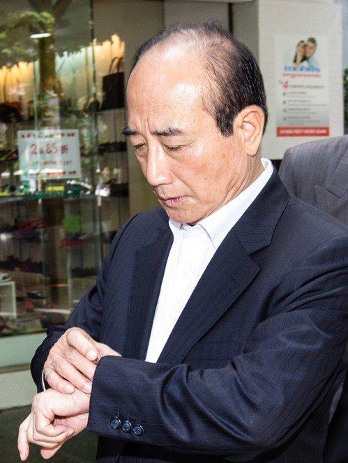 立法院前院長王金平出席工業協進會餐敘,離去時低頭看錶掌握時間。 記者王騰毅/攝影