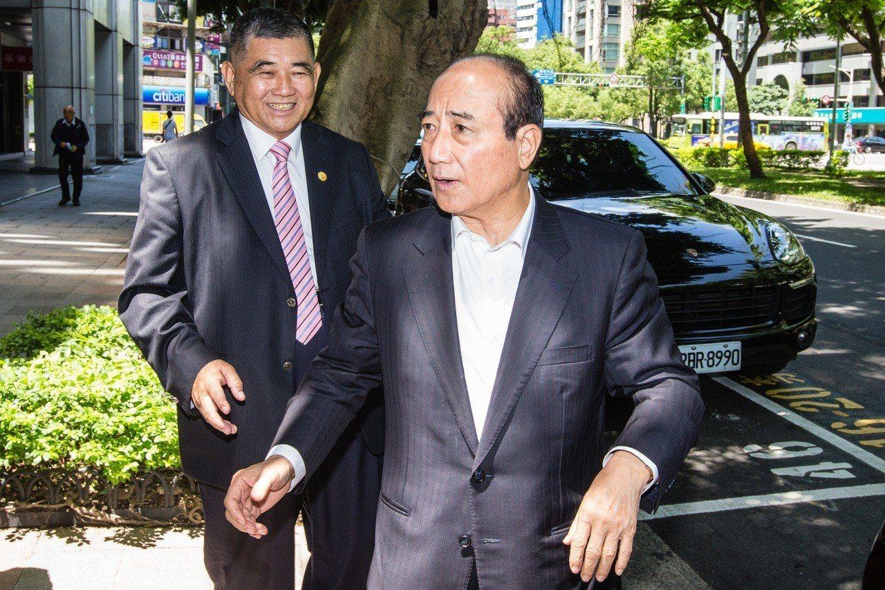立法院前院長王金平(右)下周將率王氏宗親前往大陸福建尋根祭祖。 記者王騰毅/攝影