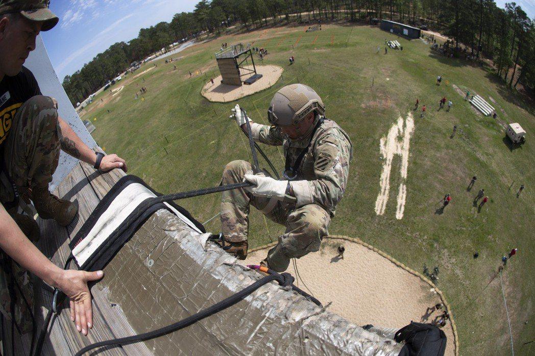 最強突擊兵競賽的參賽者從高塔上垂降。 (美聯社)