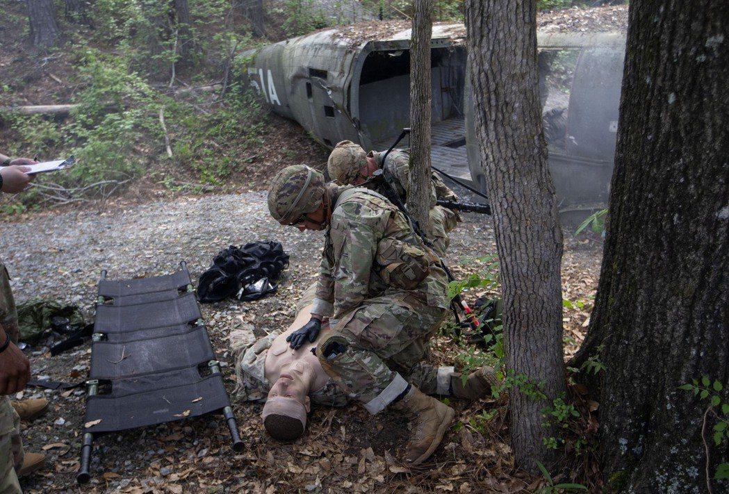 從遭擊落直升機中救治受傷同袍是第2天競賽項目。 (美聯社)