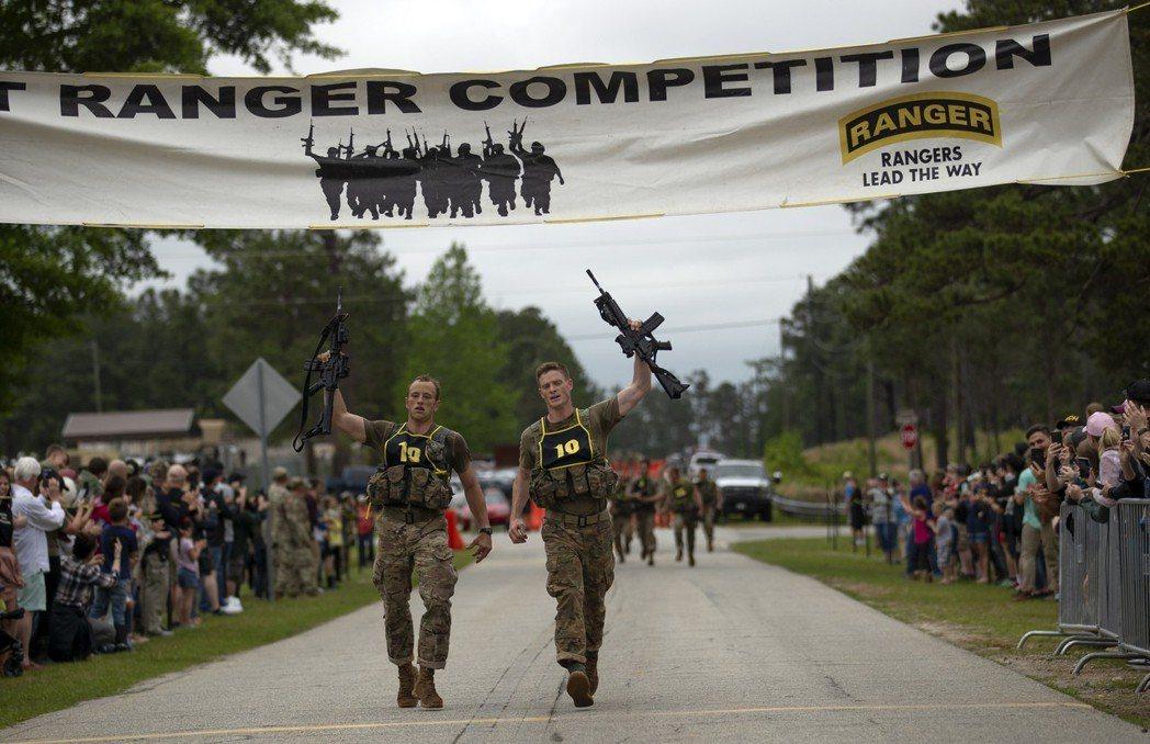 羅斯(左)與柏格曼(右)贏得今年最強突擊兵的頭銜。 (美聯社)
