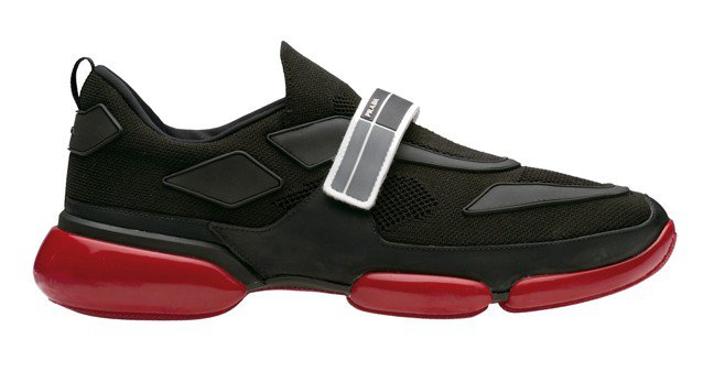 紅黑相間魔術貼裝飾Cloudbust休閒鞋。 圖/各業者提供