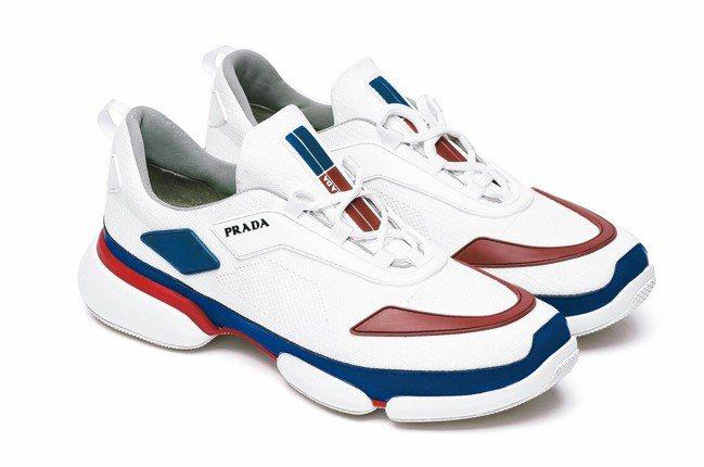 全新綁帶設計、亮眼復古風拼色、曲線形橡膠鞋底。紅藍拼接運動休閒鞋,售價30,00...