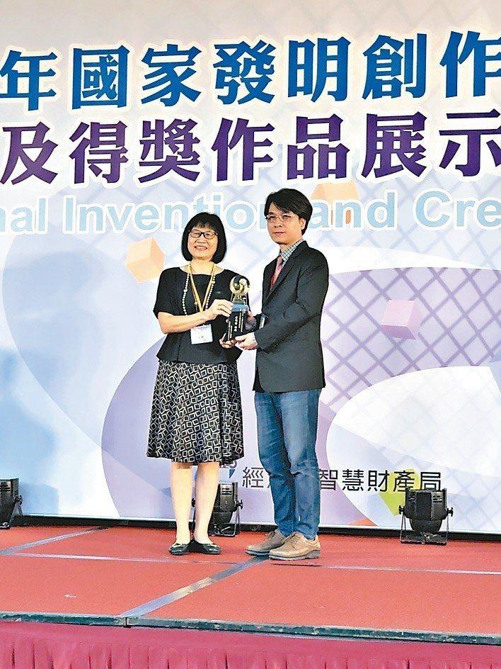 吉輔研發設計部總經理邱焜城(右)代表領取國家發明創作獎。 吉輔/提供