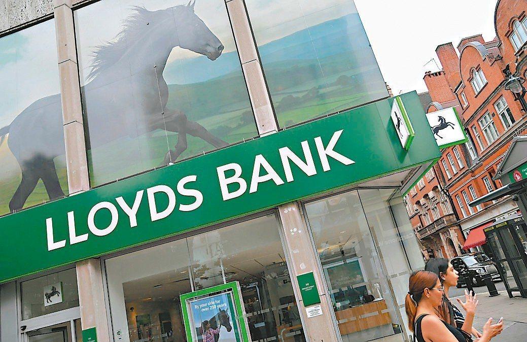 英國最大房貸銀行駿懋集團因房貸業務減少,與一筆法律費用支出,第1季獲利低於預估。...