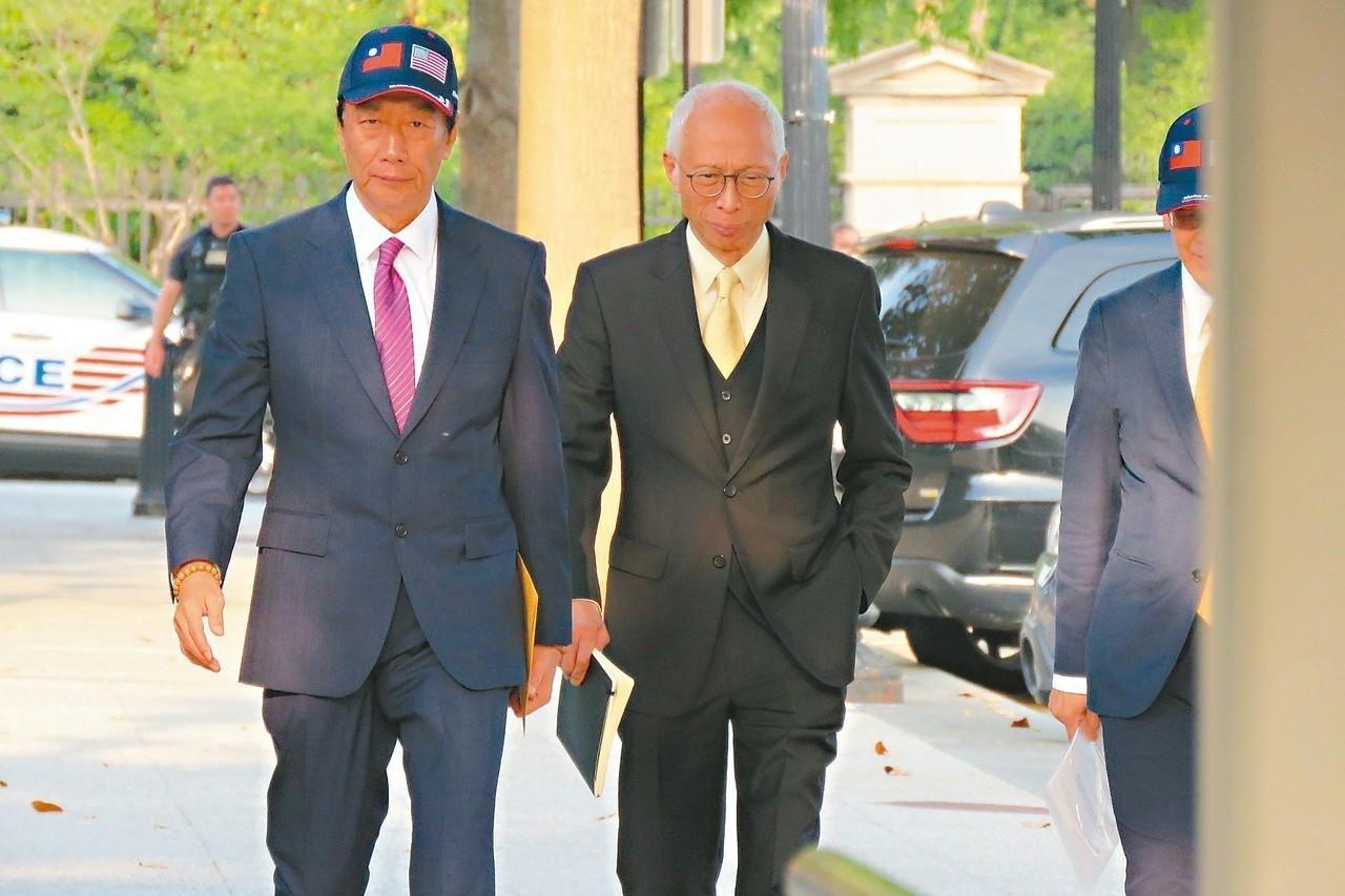鴻海董事長郭台銘(左)於美東時間1日入白宮拜會美國總統川普。 記者張加/攝影