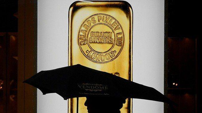 全球央行上季雖大買黃金,卻仍無法阻止國際金價失血。圖/路透