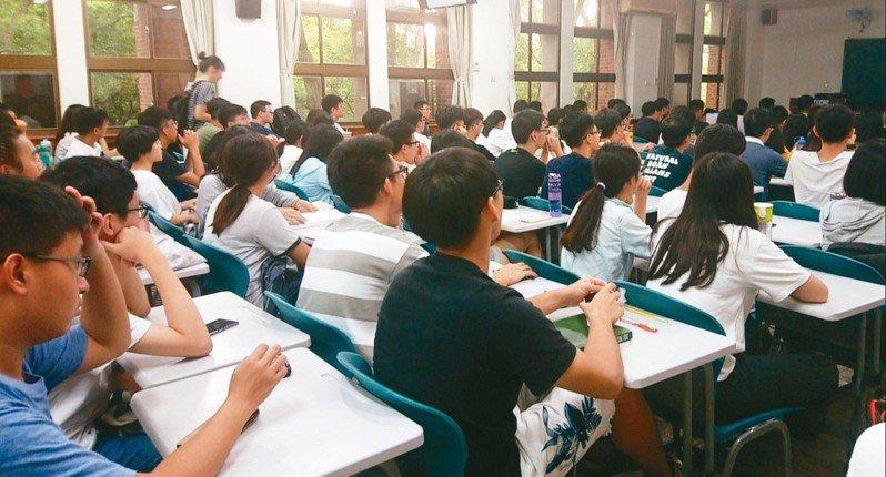教育部統計顯示,大專院校選讀外文相關科系的學生漸減,其中以英文系減少最多人,日、韓等亞洲語種人數卻逆勢增加。 圖/聯合報系資料照片