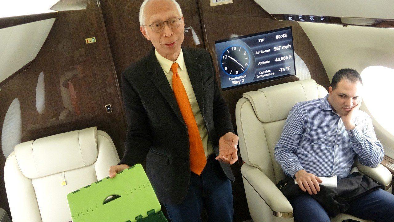 鴻海集團董事長郭台銘特別助理胡國輝展示專機的祕密小物:折疊式矮凳。 中央社