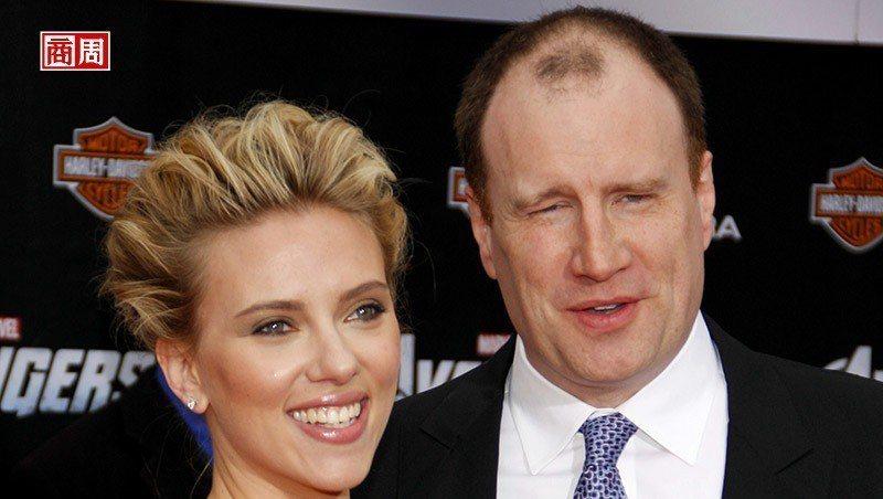 漫威影業總裁費吉(右)與在電影中飾演「黑寡婦」的史嘉蕾·喬韓森(左)。(來源.D...