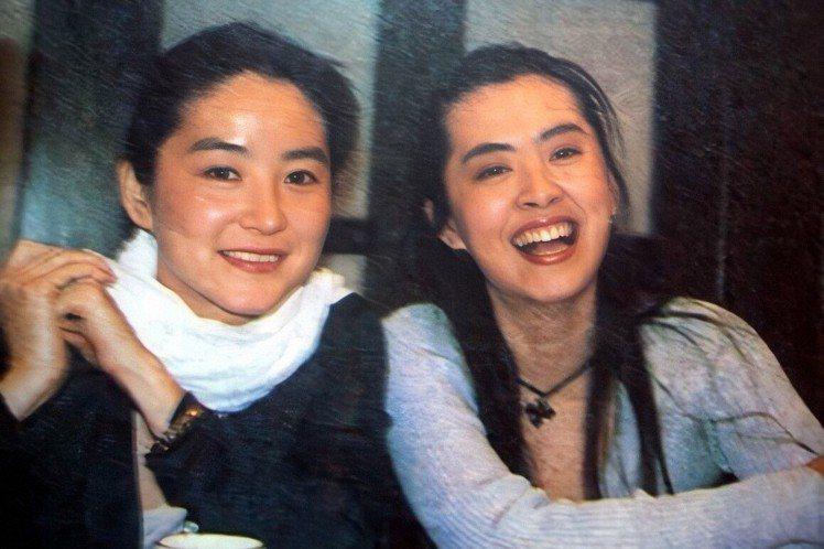1993年林青霞、王祖賢一同主演的武俠電影《東方不敗之風雲再起》,當時兩人被譽為美得不可方物,更成為台灣美女的代名詞。最近有網友利用AI修復舊照,將這兩人過去的照片利用最新技術復原,發現高清照的林青...