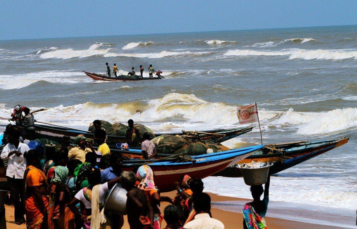 「大難當前的印度,在24小時內疏散了120萬人。」圖為印度奧里薩邦(Odisha...