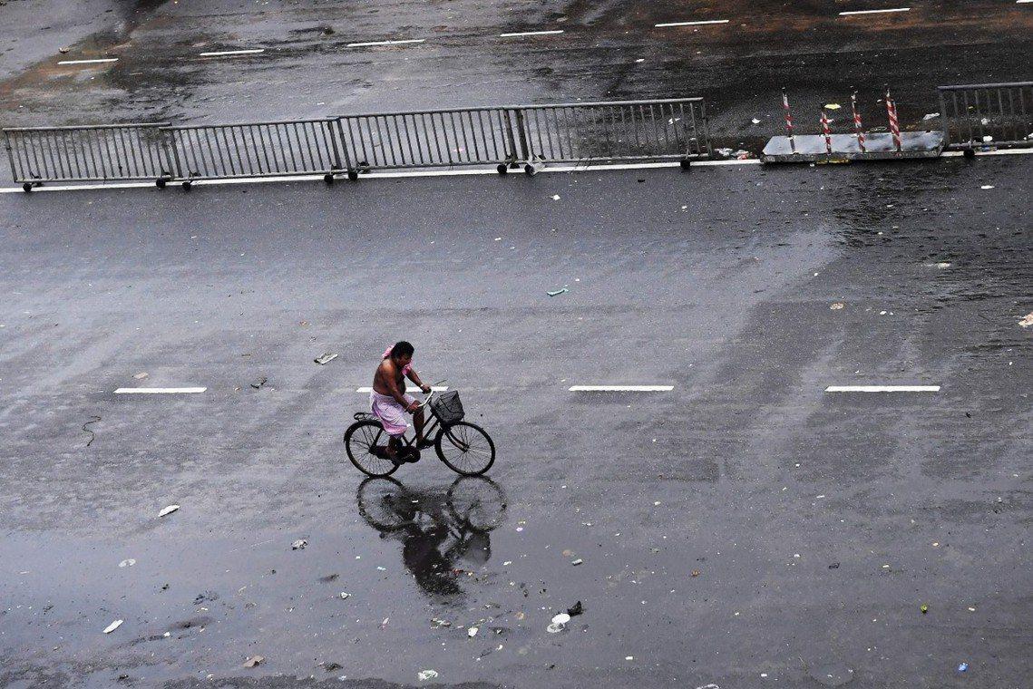因風災警報而淨空戒備中的奧里薩邦大城普里(Puri)。 圖/法新社