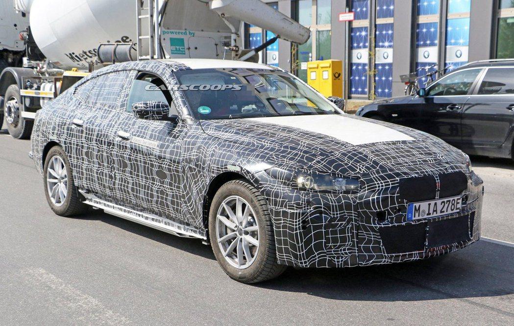 全新BMW i4偽裝測試車。 摘自Carscoops