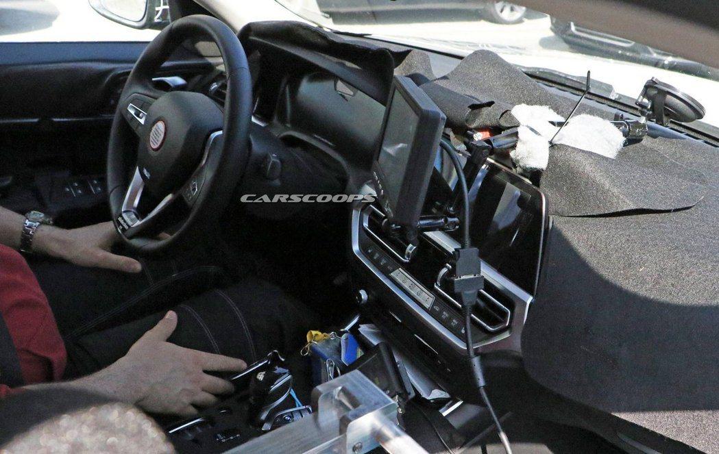 全新BMW i4 內裝無偽裝照,看來與新世代3 Series的配置相當雷同。 摘...