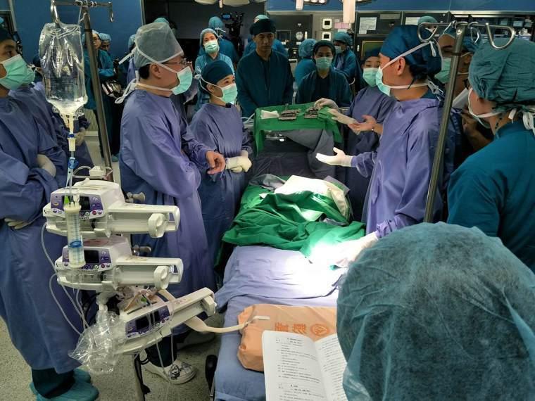 彰基醫療人員在開刀房現場指導演員,務必達到專業上要求的細節。(彰基提供)