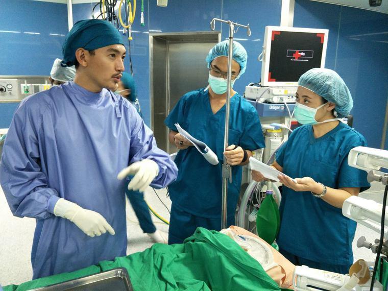 男主角曾少宗(左一)飾演利恆醫院移植外科的明日之星江君皓,為了學習外科醫師的專業...