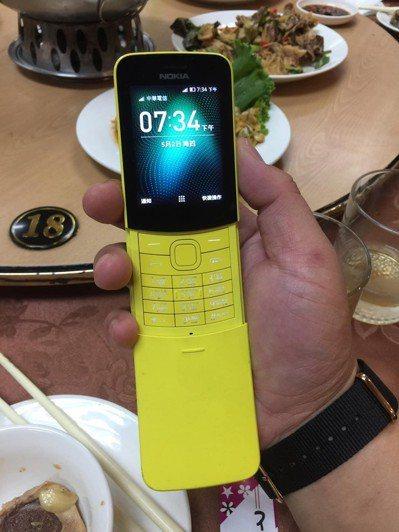 一名網友和朋友吃飯,席間看到友人拿出復刻版香蕉機,讓他很驚訝。 圖/爆廢公社