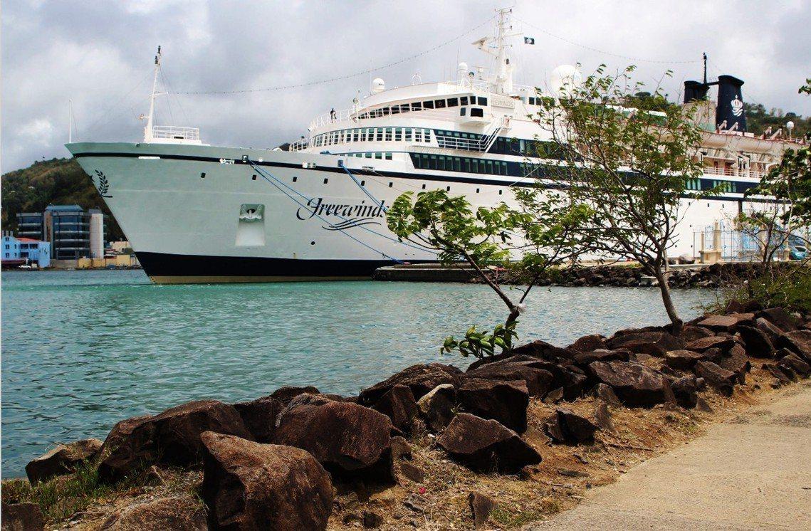 一艘從美國出航、甫靠岸聖露西亞港口的「豪華郵輪」,艦上傳出麻疹疫情。 圖/路透社