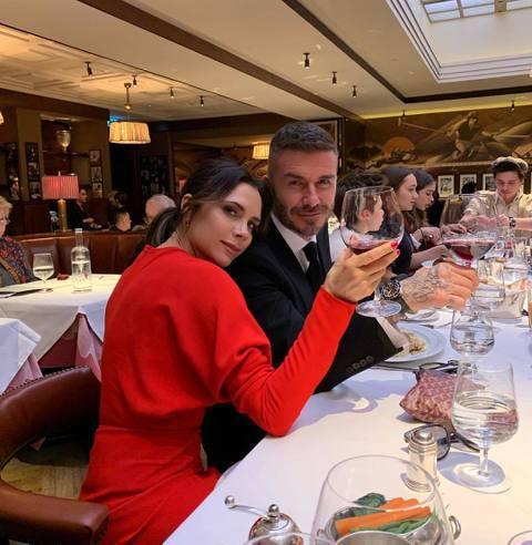 已經44歲的貝克漢昨(2日)生日,老婆維多利亞更分享了全家合體的慶生照,照片中貝克漢與女兒「小七」哈珀(Harper Beckham)的互動超甜,兩人還臉靠臉畫面相當溫馨。女兒更透露,爸爸的慶生會上...