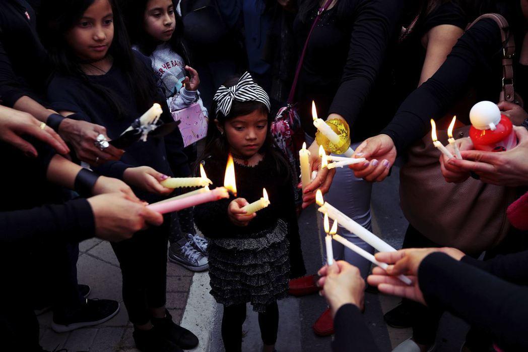 賽普勒斯連續殺人案中,亦有兩名未成年的小女孩慘遭殺害。圖為在首都尼柯西亞哀悼的一...
