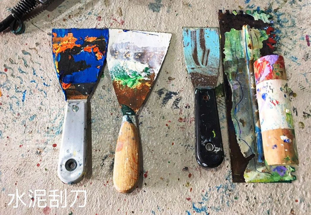 水泥刀、海綿,都成了表現不同手法時隨心所欲使用的工具。。圖/愛文社提供