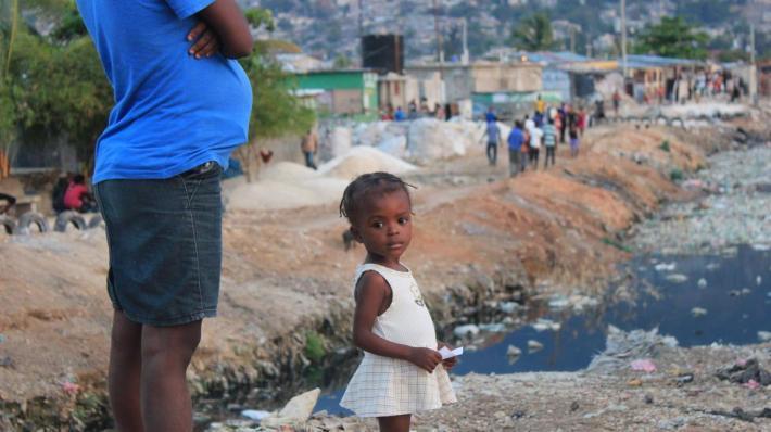 (海地街道旁的渠道充斥著塑膠垃圾。來源: Norton Point )