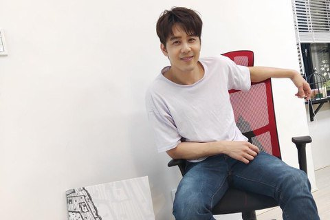 帥哥胡宇威前天在微博曬出組裝椅子的短片,專注認真的模樣讓網友讚「帥喔!」片中胡宇威認真鎖螺絲,轉到面部猙獰,亦或時不時面露微笑,一個個將零件組裝起來,顯然樂在其中,因為該把椅子正是他熱愛的「星際大戰...