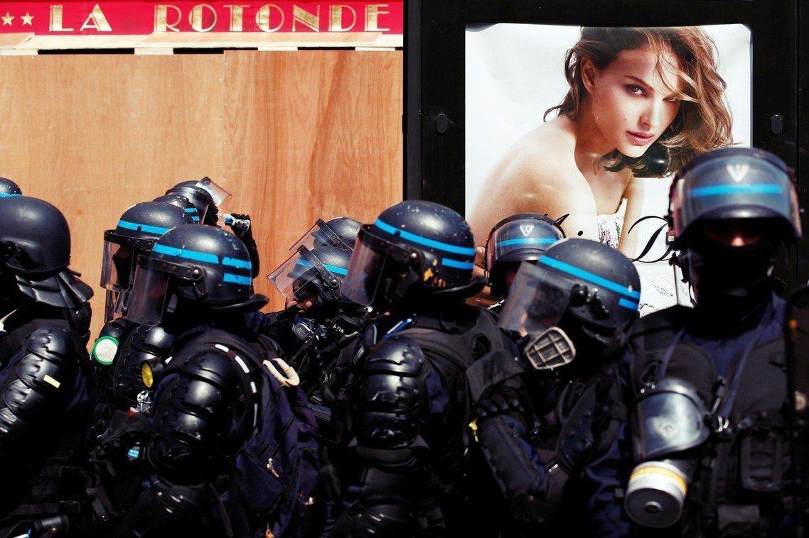 五一當日,巴黎警方嚴陣以待。根據法國內政部長卡斯塔內(Christophe Ca...