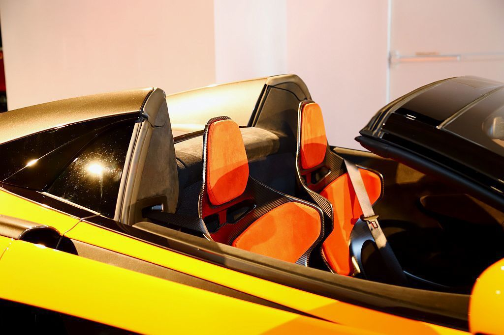 McLaren優異的碳纖維科技,使McLaren 600LT設定敞篷車型時不需增...