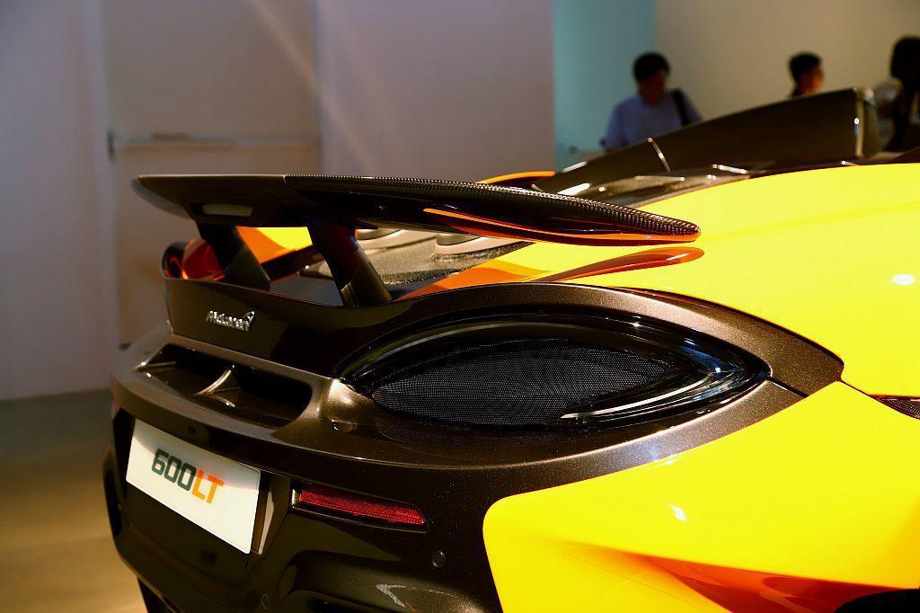 McLaren 600LT Spider車身空力套件皆以碳纖維打造,車尾固定式尾...